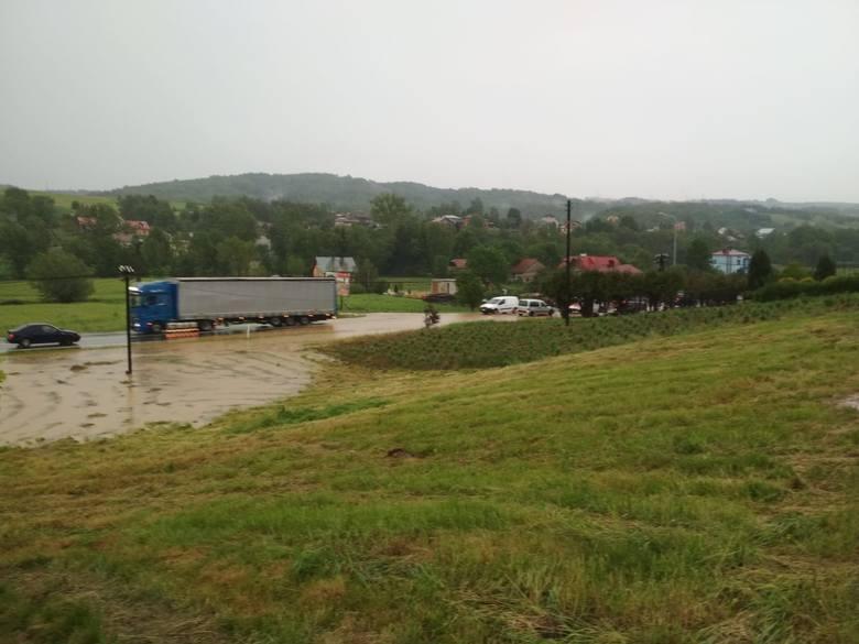 Burza na Podkarpaciu. Podtopienia w Połomii koło Strzyżowa. Woda w okolicach drogi Rzeszów - Domaradz [ZDJĘCIA, WIDEO]