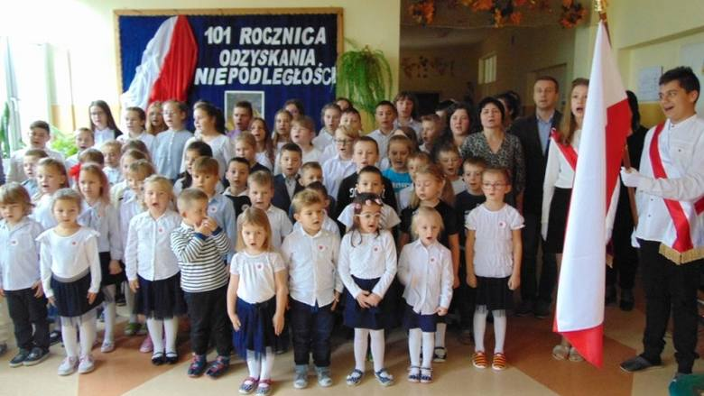 Przedszkolaki i uczniowie ze Szkoły Podstawowej w Młodzawach pięknie uczcili tegoroczne Święto Niepodległości. W piątek, 8 listopada w szkoła włączyła