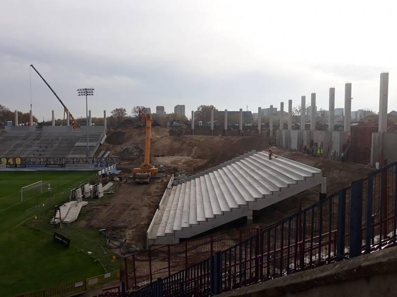 Sporo dzieje się na budowie stadionu przy ul. Twardowskiego w Szczecinie. Zlikwidowano już dwa stare jupitery, a lada dzień trybuna zachodnia zostanie