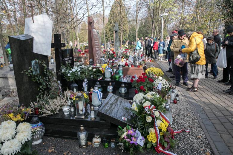 Aleja Zasłużonych na Cmentarzu Rakowickim. Krakowianie pamiętają o wielkich, którzy odeszli [GALERIA]
