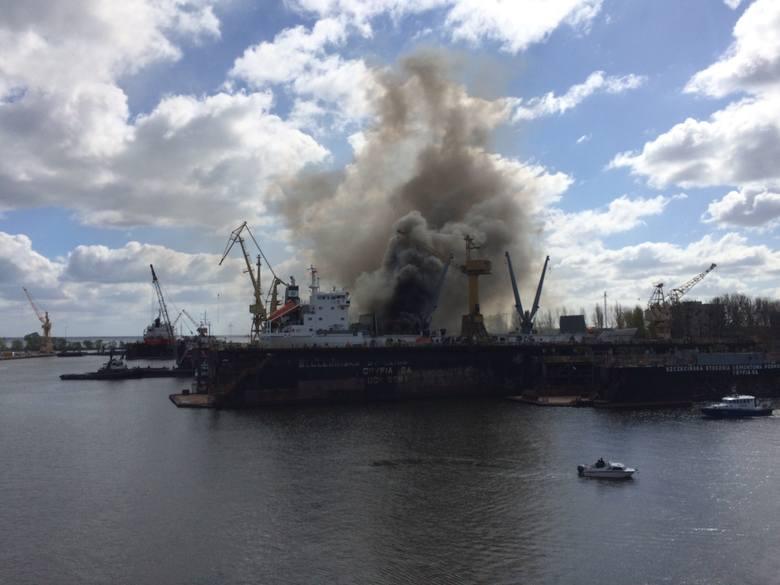 Pożar statku w stoczni Gryfia w Szczecinie