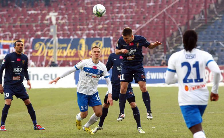 Łukasz Teodorczyk (biały strój w środku) w pojedynku o piłkę z Robertem Kolendowiczem.