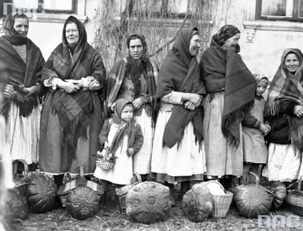 Wielka Sobota to w tradycji chrześcijańskiej dzień święcenia pokarmów. Jak wyglądało chodzenie ze święconką w latach 30. XX wieku? Prezentujemy archiwalne