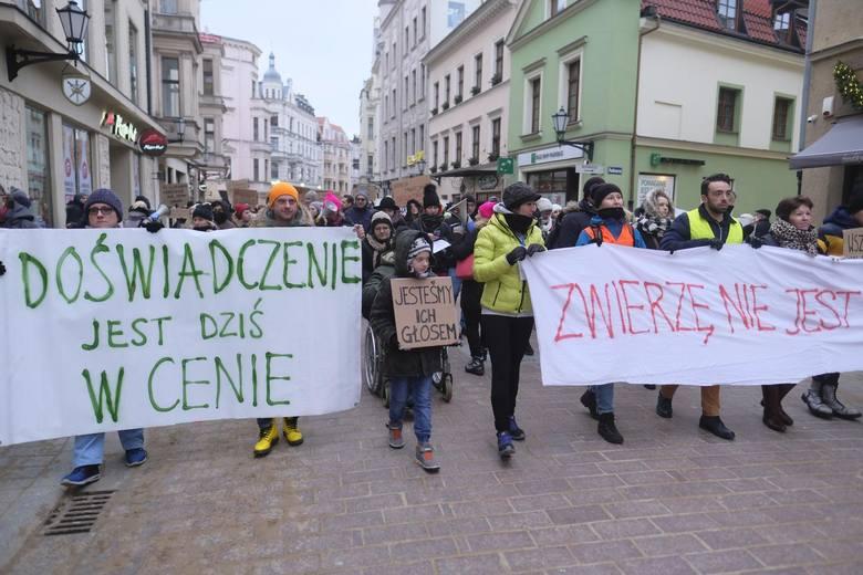Uczestnicy demonstracji ruszyli z pl. podominikańskiego i przez Rynek Nowomiejski, ul. Królowej Jadwigi i Szeroką doszli pod pomnik Kopernika<br />
