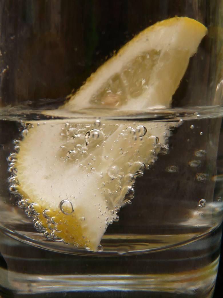 Odkwaszanie organizmu – woda z cytryną to dobry początek dnia