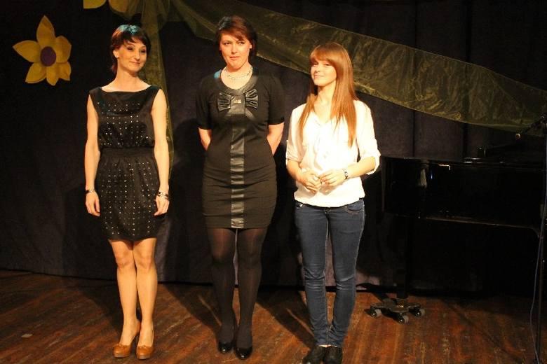 Trzy dziewczyny z Olesna wygrały Szansę na Sukces, zany telewizyjny konkurs Elżbiety Skrętkowskiej. Od prawej trzy oleskie wokalistki:  Marta Adamczak,