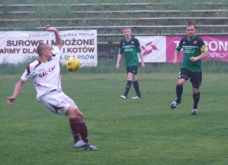 Piłkę przyjmuje Kamil Lizończyk (Spójnia). Przodem, z prawej strony (z opaską), Artur Szlęzak, autor dwóch goli dla libiążan.