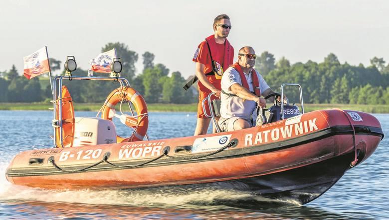 - Pływamy w kamizelkach, aby świecić przykładem dla innych - mówi Mirosław Zajko (za sterem) z WOPR-u w Suwałkach