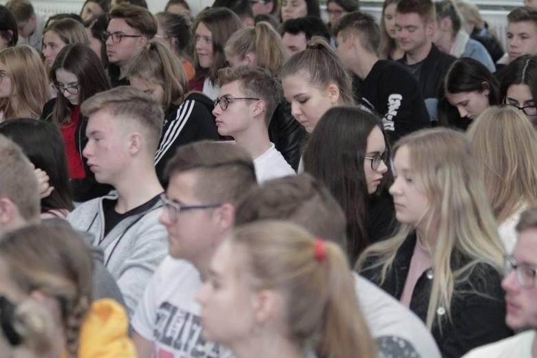 Uczniowie II Liceum w Koninie w piątek, 25 października mieli spotkanie dotyczące uzależnień. Jak się okazało, pogadanka sprowadzała się do zupełnie innej tematyki.