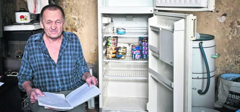 Pan Kazik żyje w tym mieszkaniu od dwóch lat. Z czarnych ścian łuszczy się farba, po całym budynku buszują myszy. W pustej lodówce ma zapas jedzenia na długo - te konserwy często zastępują mu obiad.