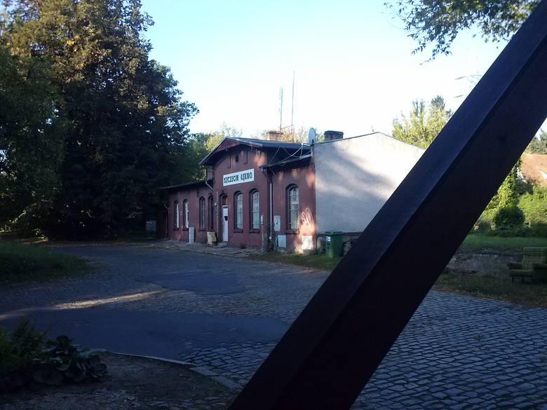 30 września 2002 r. pojechał ostatni pasażerski pociąg na linii 406, która łączy Szczecin Główny z Trzebieżą przez Police. Pierwszy w 1898 roku. Od lat