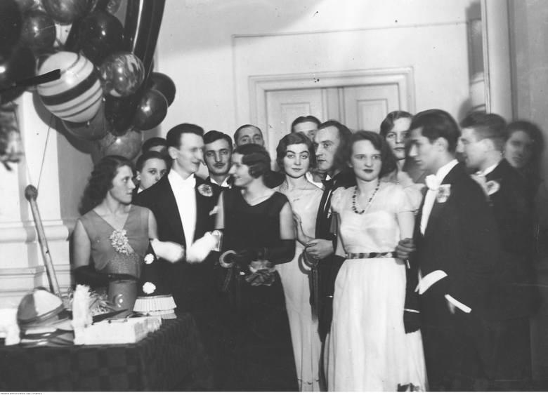 1932Bal karnawałowy w Konserwatorium Muzycznym w Warszawie.Do najmodniejszych warszawskich lokalizacji należały: hotel Bristol i Europejski, Kasyno Garnizonowe,