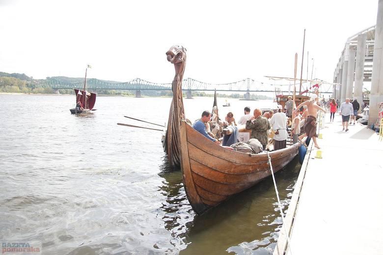 W niedzielny poranek pożegnali się już uczestnicy Festiwalu Wisły. Kilkadziesiąt łodzi opuściło przystań przy ul. Piwnej. Flotylla popłynęła do Nieszawy