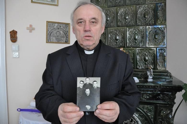 Dziewięciu opolskich księży służyło przez 2 lata w wojsku z beatyfikowanym przez Kościół Katolickim ks. Jerzym Popiełuszką.- Na tym zdjęciu stoję pierwszy