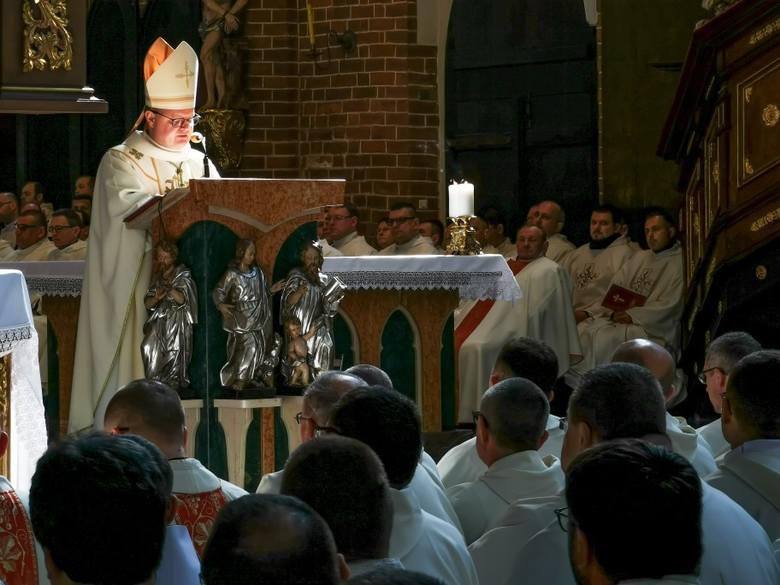 Dziś Wielki Czwartek. Przed południem w katedrze Świętych Janów biskup toruński Wiesław Śmigiel odprawił mszę krzyżma świętego, w czasie której błogosławił