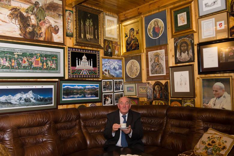 Prof. Grucza znany lubi otaczać się rzeczami pięknymi. Jak na złość, w bezpośrednim otoczeniu jego domu znalazła się siedziba Służby Bezpieczeństwa.
