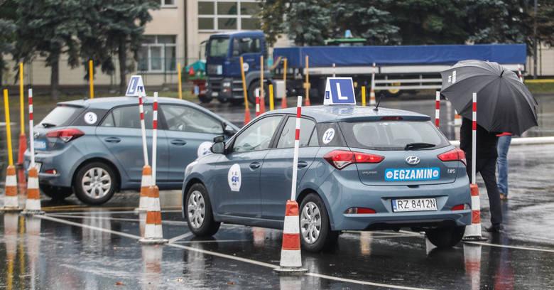 Co roku w Polsce średnio 70 proc. kierowców nie zdaje egzaminu na prawo jazdy za pierwszym razem. Dla porównania w innych krajach europejskich ta liczba