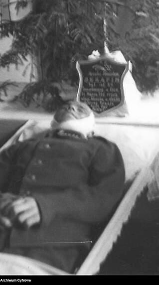 Pogrzeb kaprala Ozjasza Storcha, poległego na Zaolziu - kondukt pogrzebowy na ulicach Cieszyna. Karawan jadący w asyście żołnierzy