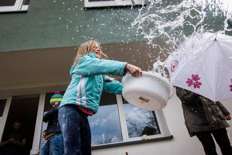 Tradycja lanego poniedziałku jest podtrzymywana, nasz fotoreporter był świadkiem rodzinnej bitwy na balony z wodą. Również na ulicach Bydgoszczy można