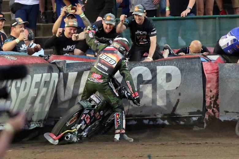 Janusz Kołodziej wygrał w sobotę Grand Prix Czech. Podium uzupełnili Leon Madsen i Patryk Dudek - ta ostatnia dwójka lideruje w cyklu Grand Prix.Wygrana