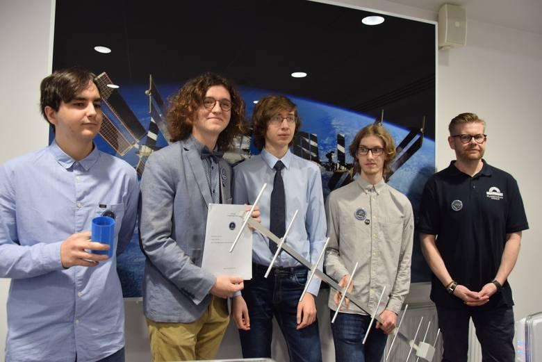 Drużyna CAN can FLY, z opiekunem Waldemarem Grabowskim, podczas prezentacji zespołu w zielonogórskim Planetarium Wenus. Zdjęcia archiwalne.