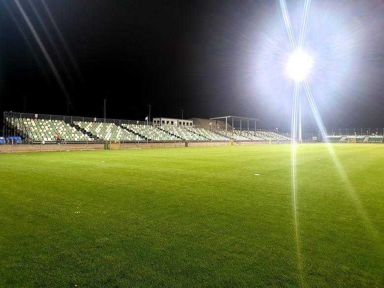 W czwartek na stadionie przy Drodze Dębińskiej miał miejsce historyczny moment - po raz pierwszy rozbłysły jupitery. Klub na kilka dni przed 108. urodzinami
