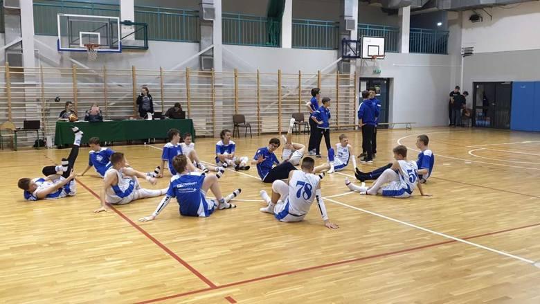 Podopieczni Jacka Łukomskiego w Komorowie najpierw wykonali zadanie na parkiecie, a potem pozdrawiali wszystkich fanów koszykówki i cieszyli się z awansu