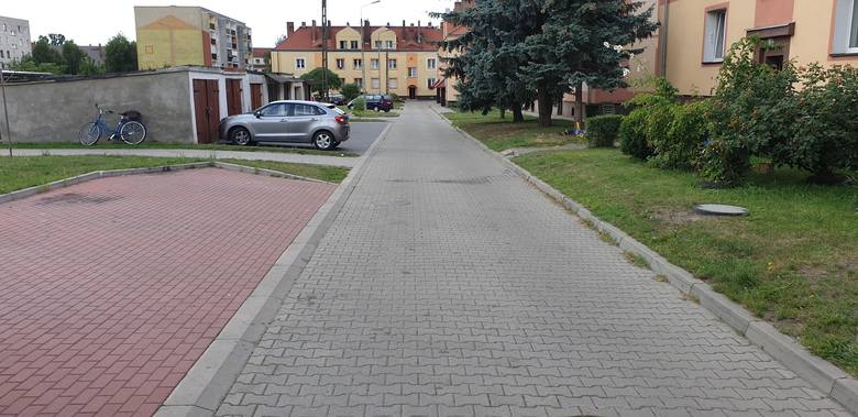 Droga osiedlowa na ul. Mickiewicza. Po niedawno wyremontowanym odcinku szaleją kierowcy. Tutejsi mieszkańcy boją się o swoje dzieci.