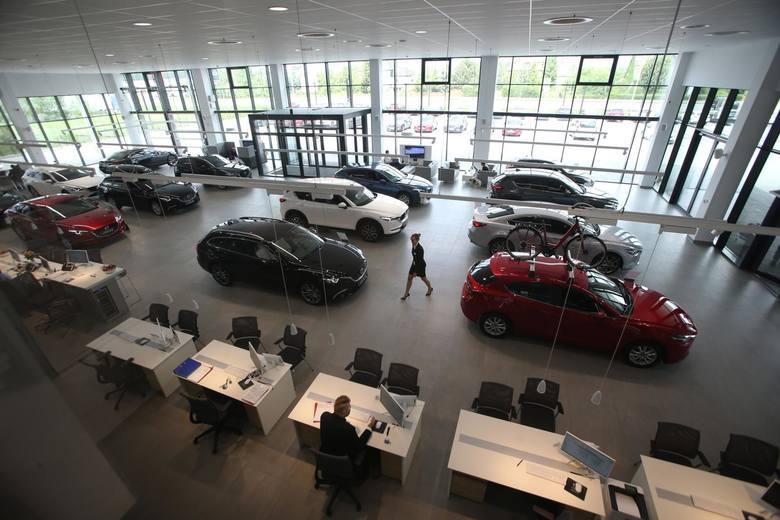 Wydział komunikacji brzezińskiego starostwa umawia telefonicznie w sprawie rejestracji auta