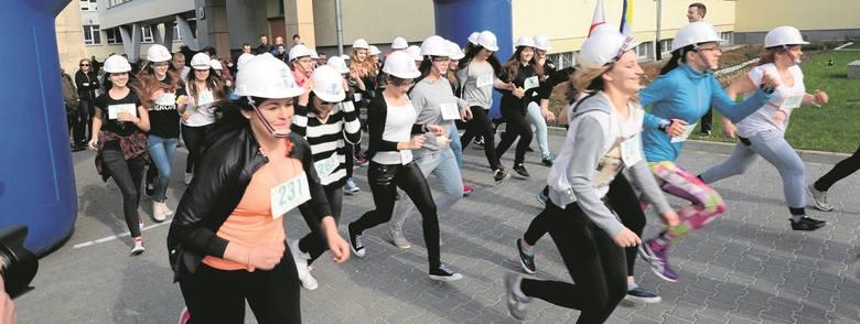 Akcję w Politechnice Świętokrzyskiej rozpoczął bieg w kaskach. Wzięło w nim udział około 70 osób, licealistek, maturzystek oraz studentek. Najliczniejszą