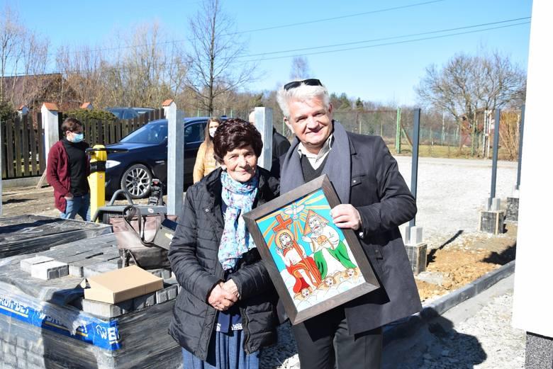 Zwycięzca konkursu Andrzej Rozkocha ze Swoszowic, konserwator krzyża i figurki Matki Bożej Niepokalanej z panią Teresą, mieszkanka nowego domu