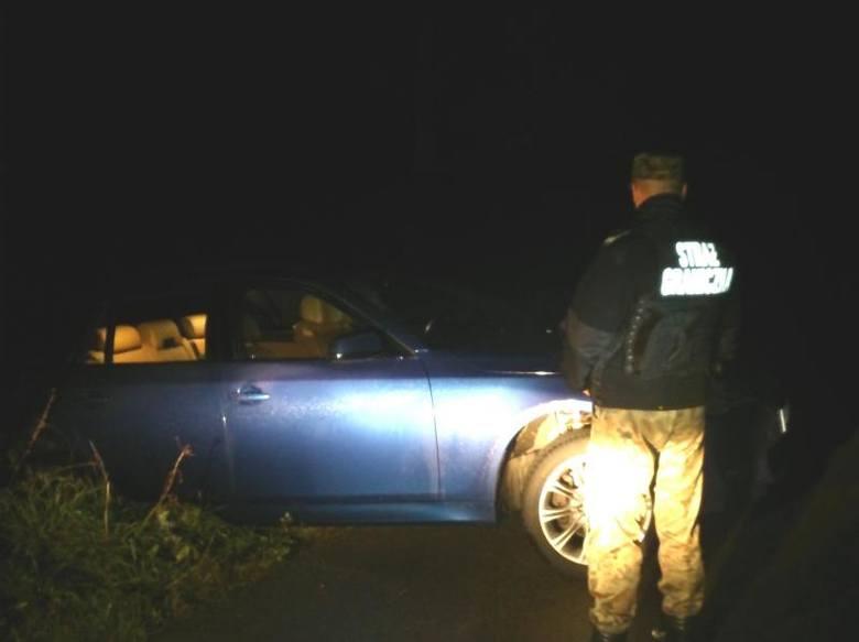 Około godziny 21.30 w okolicach miejscowości Pawłówka (gmina Przerośl) funkcjonariusze straży granicznej zauważyli porzucone na poboczu BMW.