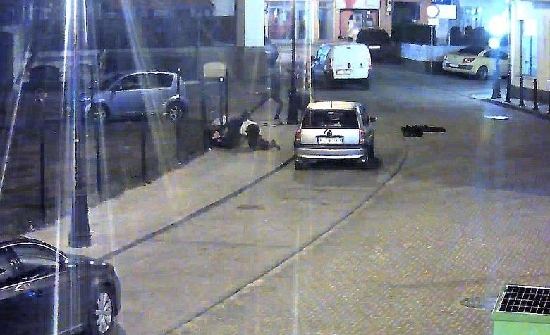 Kamera zarejestrowała bójkę na pl. Powstańców Śląskich