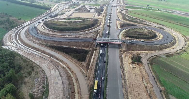 Praktycznie na całej długości odcinka E autostrady A1 leży już betonowa nawierzchnia. Świetnie widać, jedyny na tym odcinku, węzeł Mykanów. Można też