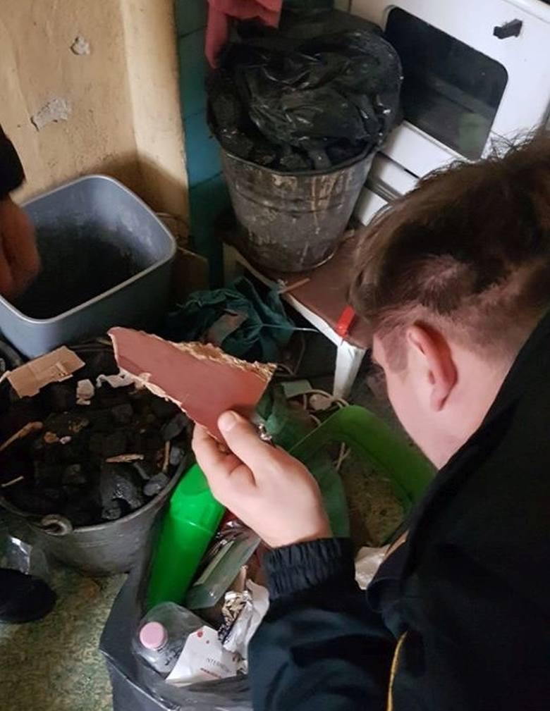 W 116 przypadkach funkcjonariusze stwierdzili nieprawidłowości związane z paleniem odpadów w piecach. W wyniku podjętych interwencji nałożono 91 mandatów