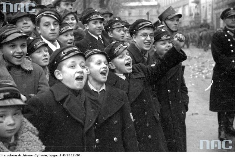 Chłopcy oglądający defiladę podczas obchodów Święta Niepodległości w Krakowie