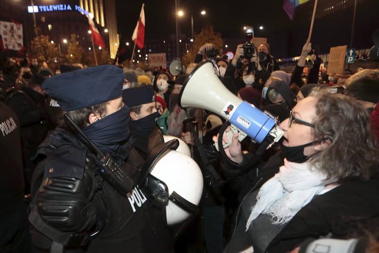 """""""Policja to teraz prywatna armia Kaczyńskiego"""". Strajk Kobiet krytykuje użycie siły podczas protestów w Warszawie"""