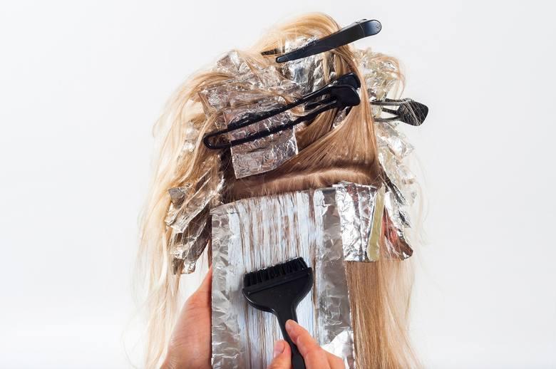 Farbując włosy, zabezpieczmy nasze ubrania. Farba szybko może odbarwić odzież