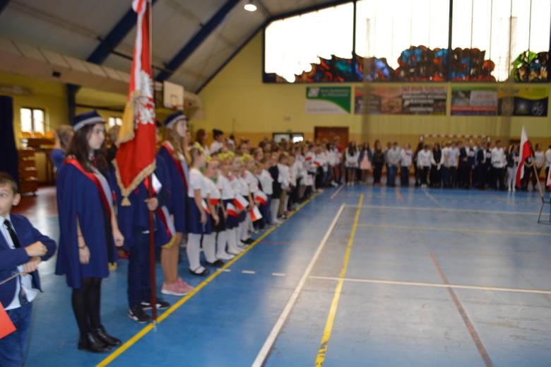 Śpiewanie hymnu narodowego w Zespole Placówek Oświatowych numer 1 we Włoszczowie.