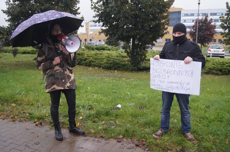 Protest przeciwko zamknięciu oddziału dziecięcego w Radomsku