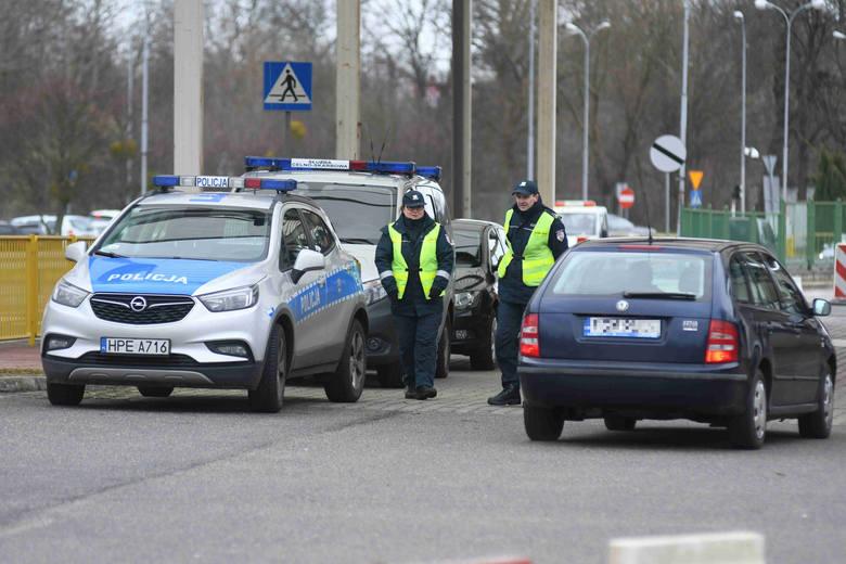 Policja, straż pożarna, służba celna, straż graniczna - przedstawicie tych służb obecni są na byłym przejściu granicznym w Kostrzynie nad Odrą. Kontrole
