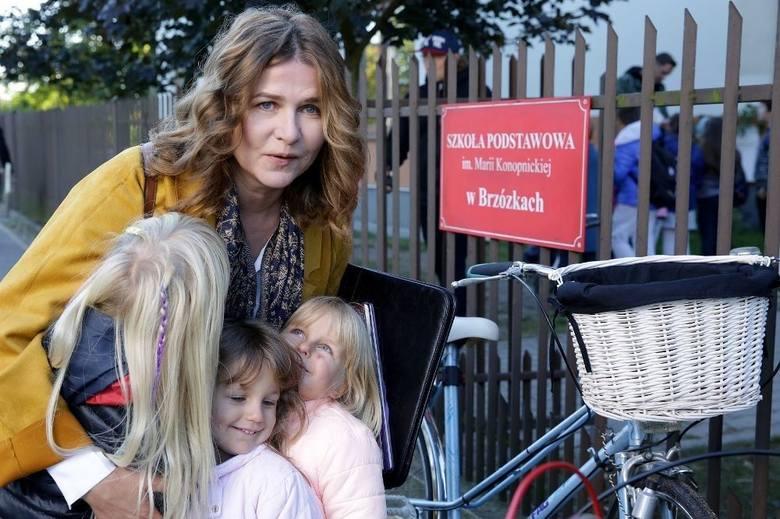 Główna bohaterka Kasia (Grażyna Błęcka-Kolska) nadal mieszka we wsi Brzózki i walczy z niechcianym zalotnikiem Staszkiem Kolasą. Do Polski wraca niespodziewanie
