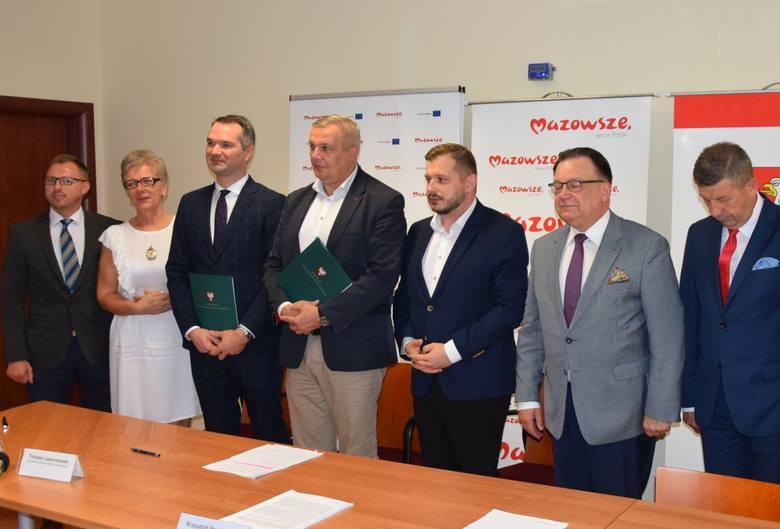 Powiat ostrołęcki. Umowa na budowę drogi Charciabałda-Myszyniec podpisana. 16.09.2020. Zdjęcia