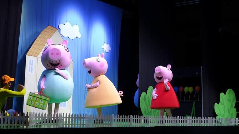 """W niedzielę w koszalińskiej hali widowiskowo-sportowej było bardzo wesoło. To za sprawą spektaklu """"Urodziny świnki Peppy"""", na który"""