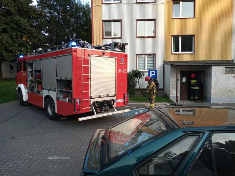 Białystok. Akcja strażaków na osiedlu Sienkiewicza. Do wezwania wyjechały dwa wozy, w tym jeden z drabiną do działań w wysokich budynkach