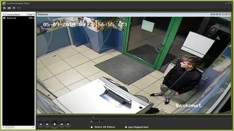 Nie wiadomo dokładnie, jaki był zamysł mężczyzny na zdjęciach. Czy chciał włamać się do bankomatu, czy tylko go uszkodzić? A może kierowały nim zupełnie inne przesłanki. Na pewno jednak kopał w to urządzenie i uszkodził między innymi jego półkę.<br /> <br /> Zobacz też:<br /> <br />...