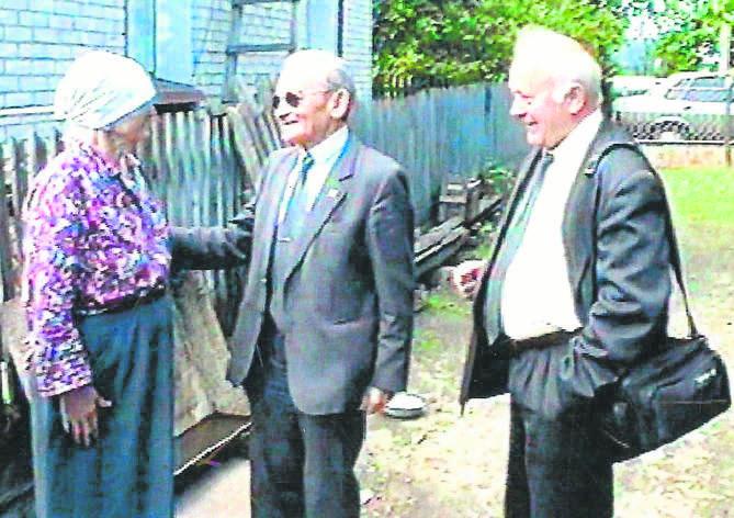 Władysław Filar (w środku) w rozmowie ze Świetłaną Pryśniochą (koleżanką sprzed wojny jego siostry Eleonory) na podwórku domu, w którym się urodził, Iwanicze, maj 2003. Z lat jego dzieciństwa zostało w Iwaniczach tylko bocianie gniazdo.