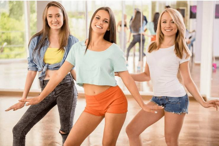 Warto zastanowić się też nad tanecznym wieczorem panieńskim. To lekcja w szkole tańca dla uczestniczek imprezy. Instruktor uczy kilku podstawowych kroków