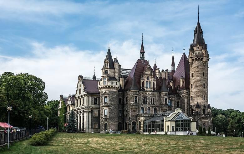 365 sal, 99 wież i wygląd trochę jak z ilustracji do baśni Andersena, a trochę jak z Disneylandu. Jedno jest pewne - zamek w Mosznej robi wrażenie. Zamek