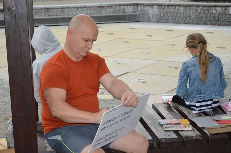 Skierniewicki ratusz oczami amatorów sztuki. Plener malarski na Rynku [ZDJĘCIA]
